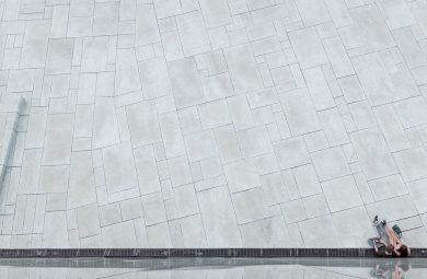 Poser des plots sur une dalle en béton pour avoir une belle terrasse